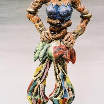 Tänzerin mit brauner Schlange, 2002, frostsicher gebrannte Keramik, Unterglasurengoben, Höhe 220cm, Edelstahl