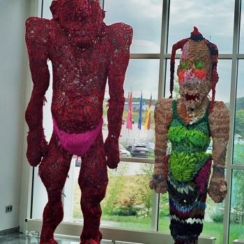 Teufel und Meerjungfrau, 1997, 1999, Stoffstreifen gestrickt, Stahl, Höhe 400cm, 260cm